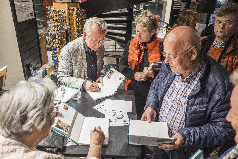 Gunnar Staalesen og Kirsten Hetland signerer bøker på boklanseringen hos Norli Strandgaten 15. oktober 2019.